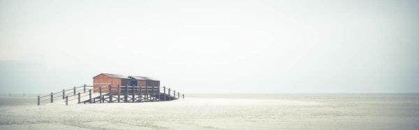 Bootshaus auf der Badestelle SPO im Nebel.