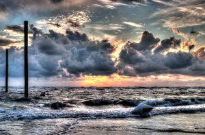 Dramatischer Sonnenuntergang über der Nordsee vor SPO