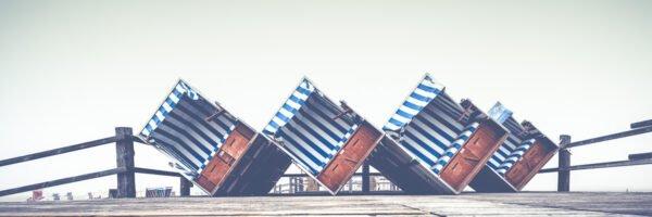 Strandkoerbe No VI - Gekippte Strandkörbe am Strand von Sankt Peter-Ording