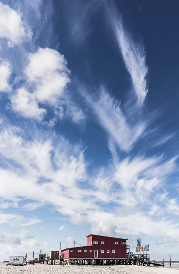 Wolken über der Surfschule in St Peter-Ording