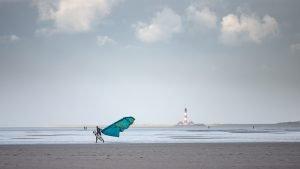 Kite-Surfer vor dem Westerhever Leuchtturm