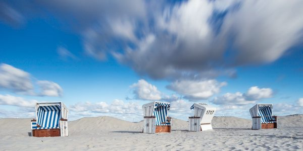 Wolkenhimmel über Strandkörbe