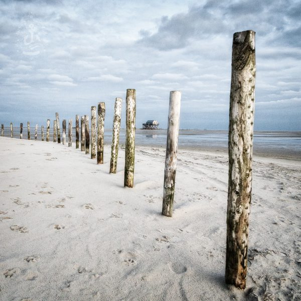 Pfähle auf dem Strand